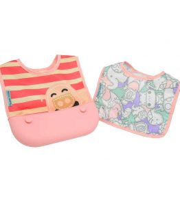 Marcus Marcus POKEY PINK PIGLET Travel Bib made of polyester and interchangeable with the pocket.